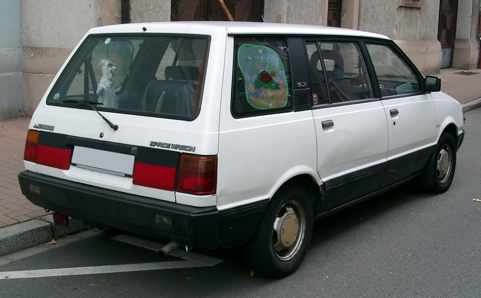 Mitsubishi Space Wagon: 8 фото