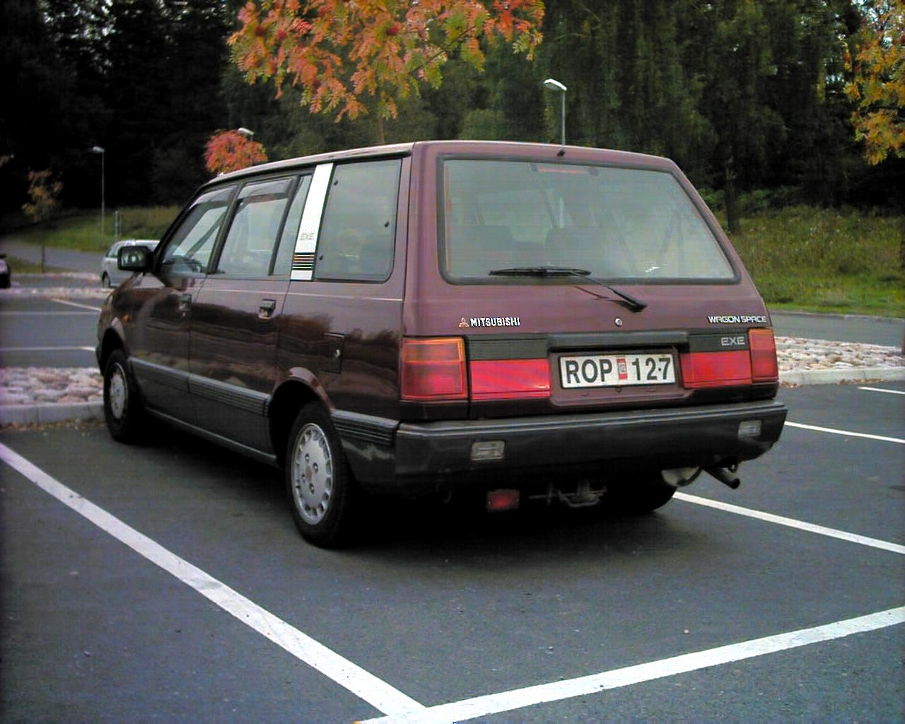 Mitsubishi Space Wagon: 9 фото