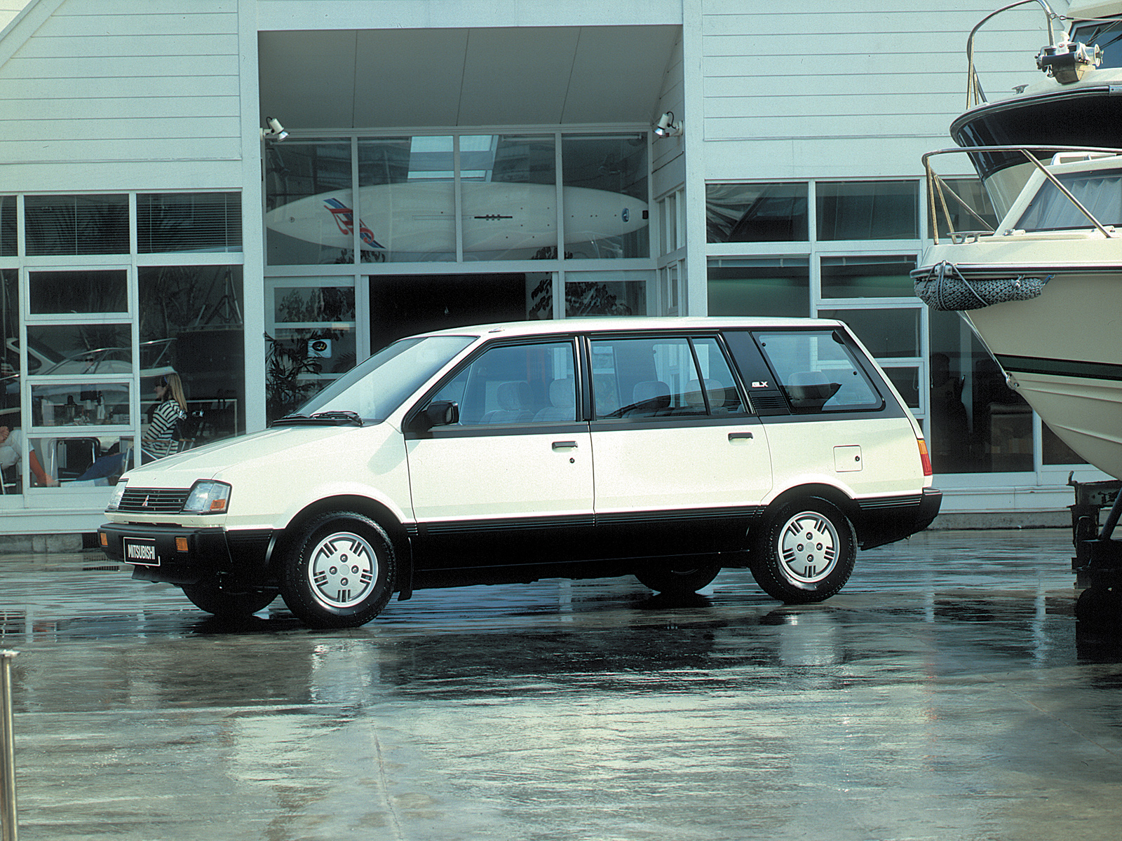 Mitsubishi Space Wagon: 11 фото