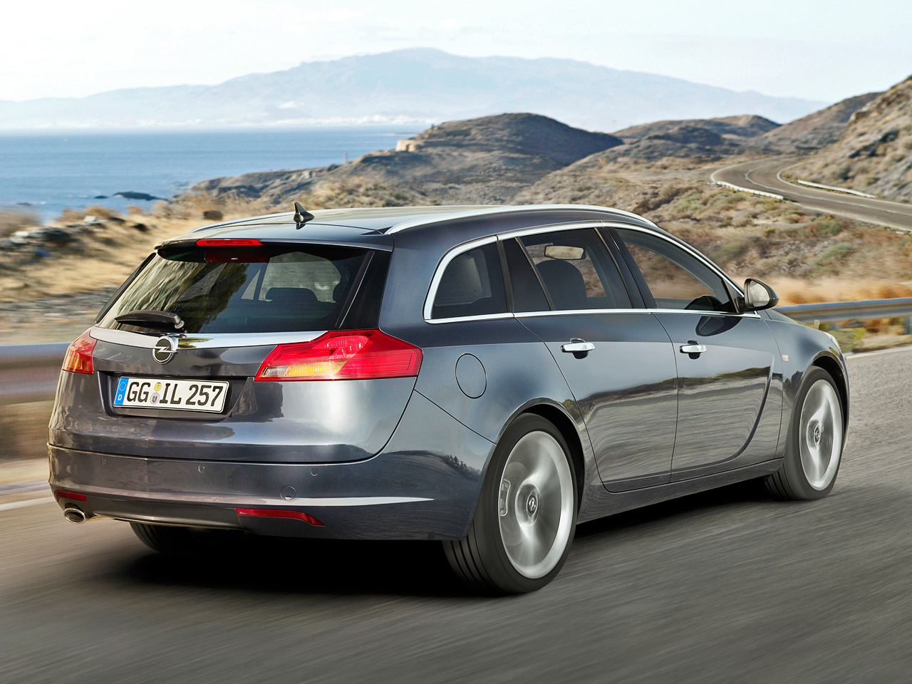 Opel Insignia Sports Tourer: 9 фото